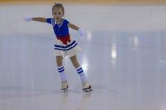 Eva Vilt de Russie exécute le programme de patinage gratuit de filles argentées de la classe II Image libre de droits