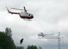 Evacuación con la ayuda de un helicóptero BO-105 Centrospas EMERCOM de Rusia en la gama del centro del rescate de Noginsk del min Fotos de archivo libres de regalías