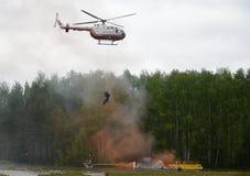 Evacuación con la ayuda de un helicóptero BO-105 Centrospas EMERCOM de Rusia en la gama del centro del rescate de Noginsk del min Imagen de archivo