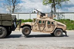 Evacuación del HMMWV acorazado dañado campo de batalla Imágenes de archivo libres de regalías