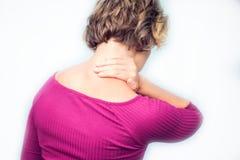 Evakuerad känsla för den unga kvinnan och lidande från hals smärtar isola fotografering för bildbyråer