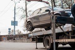 Evakuering av bilen i centret Bilen lyfts fotografering för bildbyråer