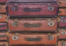 Evakuering - flyttning - gamla slitna loppresväskor Arkivbilder