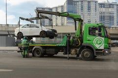 Evakueringen av bilar som parkeras i det fel stället Royaltyfri Foto