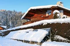 Evakuierte thermische Solarplatten des Rohrs bedeckt mit Schnee Lizenzfreies Stockbild