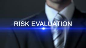 Evaluación de riesgo, pantalla táctil del traje de negocios del hombre que lleva, investigación analítica almacen de video