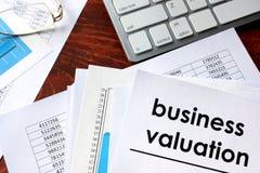 Evaluación del negocio escrita en un documento imagen de archivo libre de regalías