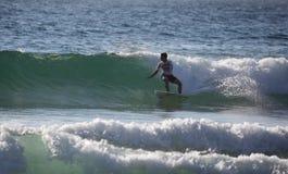 Evan Geiselman que practica surf la playa de hombres Fotos de archivo libres de regalías