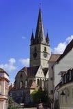 Evangelikalt domkyrkaSibiu Rumänien torn med blå himmel royaltyfri bild