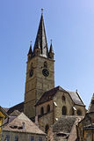 Evangelikalt domkyrkaSibiu Rumänien torn på blå himmel royaltyfria bilder
