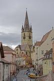 Evangelikalt domkyrkaSibiu Rumänien torn på grå himmel arkivbild