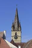 Evangelikalt domkyrkatorn Sibiu på blå himmel royaltyfria foton