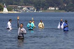Evangelikalt predikantdop i vatten royaltyfri foto