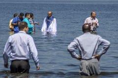Evangelikalt predikantdop i vatten arkivbild