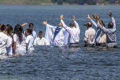 Evangelikalt predikantdop i vatten royaltyfria foton