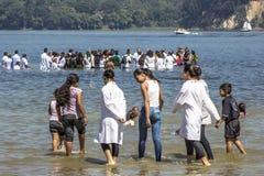 Evangelikalt predikantdop i vatten arkivfoton