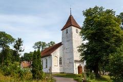 Evangelische lutherische Kirche Sabile in der rechten Bank des Abava Lizenzfreie Stockfotografie
