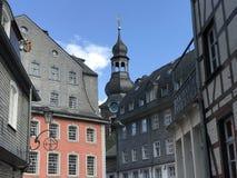Evangelische Stadtkirche och monumentalt hus das Rotes Haus royaltyfri fotografi