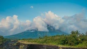Evaporação das nuvens sobre o vulcão de Mayon no por do sol Vulcão de Mayon em Legazpi, Filipinas O vulcão de Mayon é video estoque