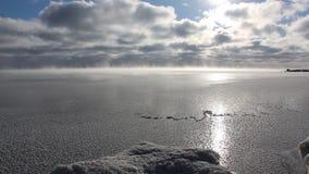 Evaporación durante la congelación del agua en el río, formación de hielo, depósito de Ob, Siberia, Rusia metrajes