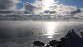Evaporación durante la congelación del agua en el río, formación de hielo, depósito de Ob, Siberia, Rusia almacen de video