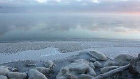 Evaporación durante la congelación del agua en el río, formación de hielo, puesta del sol, depósito de Ob, Siberia, Rusia metrajes