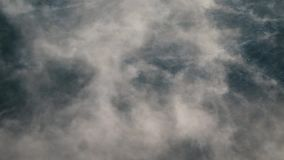 Evaporación sobre el agua en una helada fuerte almacen de metraje de vídeo