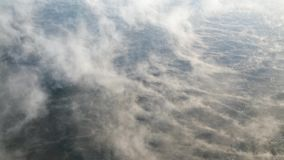 Evaporación sobre el agua en una helada fuerte almacen de video