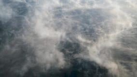 Evaporación sobre el agua en una helada fuerte metrajes