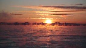 Evaporación sobre el mar en la salida del sol almacen de video