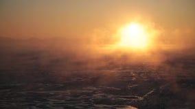 Evaporación sobre el mar en la salida del sol metrajes