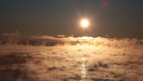 Evaporación sobre el mar en la salida del sol almacen de metraje de vídeo