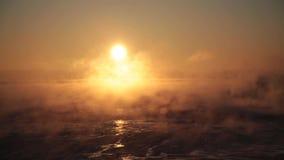 Evaporazione sopra il mare ad alba video d archivio