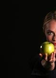 Eve übergibt IHNEN einen Apple Lizenzfreie Stockfotos