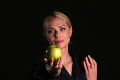 Eve übergibt IHNEN einen Apple Stockfoto