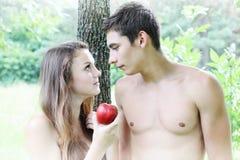 Eve, das einen Apfel hält Lizenzfreies Stockbild
