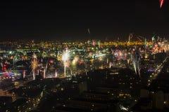 Eve Fire Works des neuen Jahres über Hafen von Hamburg Stockfotografie
