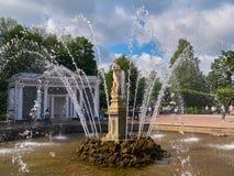 Eve Fountain avec des jets d'eau Abaissez le stationnement dans Peterhof, Russie Photographie stock libre de droits