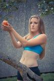 Eve im Paradies, den Apfel nehmend Stockfoto