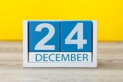 Eve, la Navidad 24 de diciembre Día 24 del mes de diciembre, calendario en fondo ligero Flor en la nieve Imagen de archivo