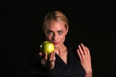 Eve le da un Apple Imágenes de archivo libres de regalías