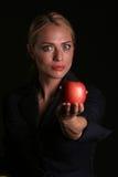 Eve le da un Apple Fotos de archivo