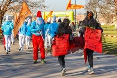 12a Eve Race de ano novo em Krakow A corrida dos povos vestida em trajes engraçados Imagens de Stock Royalty Free
