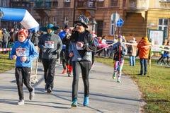 12a Eve Race de ano novo em Krakow A corrida dos povos vestida em trajes engraçados Fotografia de Stock Royalty Free
