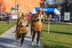 12. Eve Race des neuen Jahres in Krakau Das Leutelaufen gekleidet in den lustigen Kostümen Stockbild