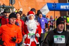 12. Eve Race des neuen Jahres in Krakau Das Leutelaufen gekleidet in den lustigen Kostümen Stockfotografie