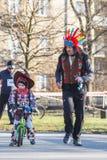 12. Eve Race des neuen Jahres in Krakau Das Leutelaufen gekleidet in den lustigen Kostümen Stockfoto