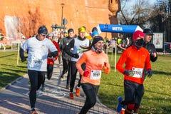 12. Eve Race des neuen Jahres in Krakau Das Leutelaufen gekleidet in den lustigen Kostümen Lizenzfreie Stockfotografie
