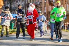 12. Eve Race des neuen Jahres in Krakau Das Leutelaufen gekleidet in den lustigen Kostümen Lizenzfreies Stockbild