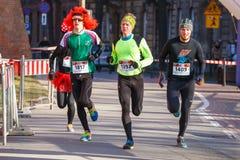 12. Eve Race des neuen Jahres in Krakau Das Leutelaufen gekleidet in den lustigen Kostümen Stockbilder